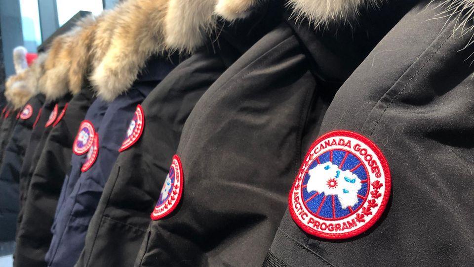 Canada Goose Jacken mit Fellkapuzen hängen hintereinander