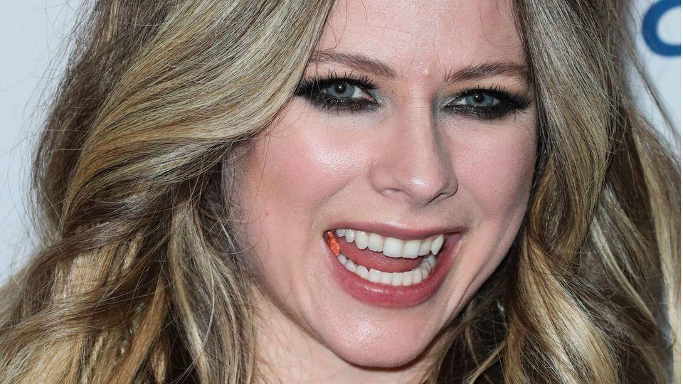 Avril Lavigne lacht in die Kamera