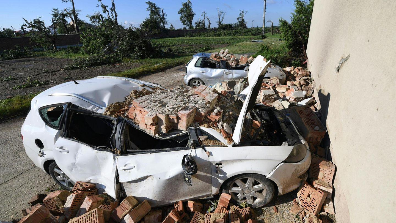 Dächer wurden abgedeckt, Fensterscheiben zerschlagen, Autos flogen durch die Luft