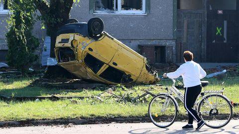 InMoravská Nová Ves liegt ein Auto in einem Vorgarten