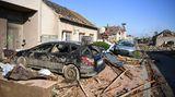 """Der Tornado hatte nach Einschätzung des Deutschen Wetterdienstes (DWD) eine für Europa außergewöhnliche Stärke. """"Das sind solche Kräfte, die dort entstehen, dass wirklich Autos Hunderte Meter weit durch die Luft fliegen, das Trümmerteile sich in Betonwände bohren"""", sagte Andreas Friedrich, Tornadobeauftragter des DWD."""