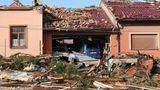 Viele Häuser sollen einsturzgefährdet sein. Die Polizei sperrte die Zufahrtswege zu mehreren Orten, um Schaulustige fernzuhalten. Schnelle Hilfe kam aus dem benachbarten Ausland: Österreich schickte 20 Krankenwagen und zweiRettungshubschrauber, auch die benachbarte Slowakei entsandte mehrere Rettungswagen.