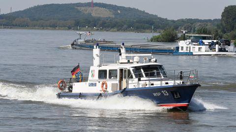 Einsatzkräfte der Feuerwehr suchen mit einem Boot  nach zwei vermissten Mädchen