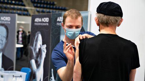 Einem Mann wird ein einem Impfzentrum in Dänemark eine Dosis mit einem Corona-Impfstoff injiziert (Archivfoto)