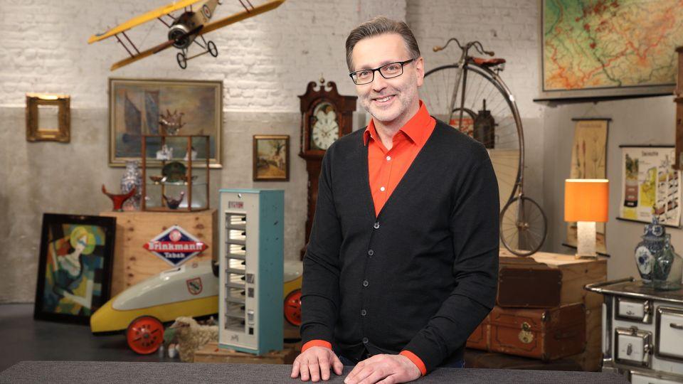 Detlev Kümmel steht im Studio von Bares für Rares in Pulheim und schaut in die Kamera