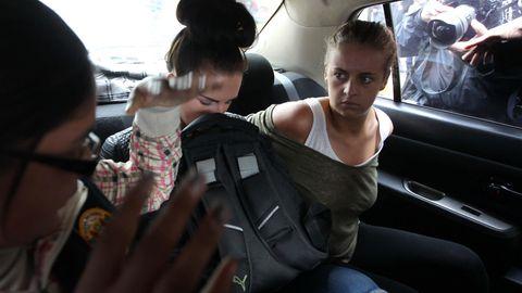 Michaella McCollum (r.) und Melissa Reid (l.) während ihres Prozesses 2013.