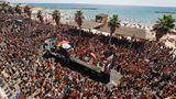 Zehntausende sind am Freitag auf der Strandpromenade von Tel Aviv zusammengekommen.