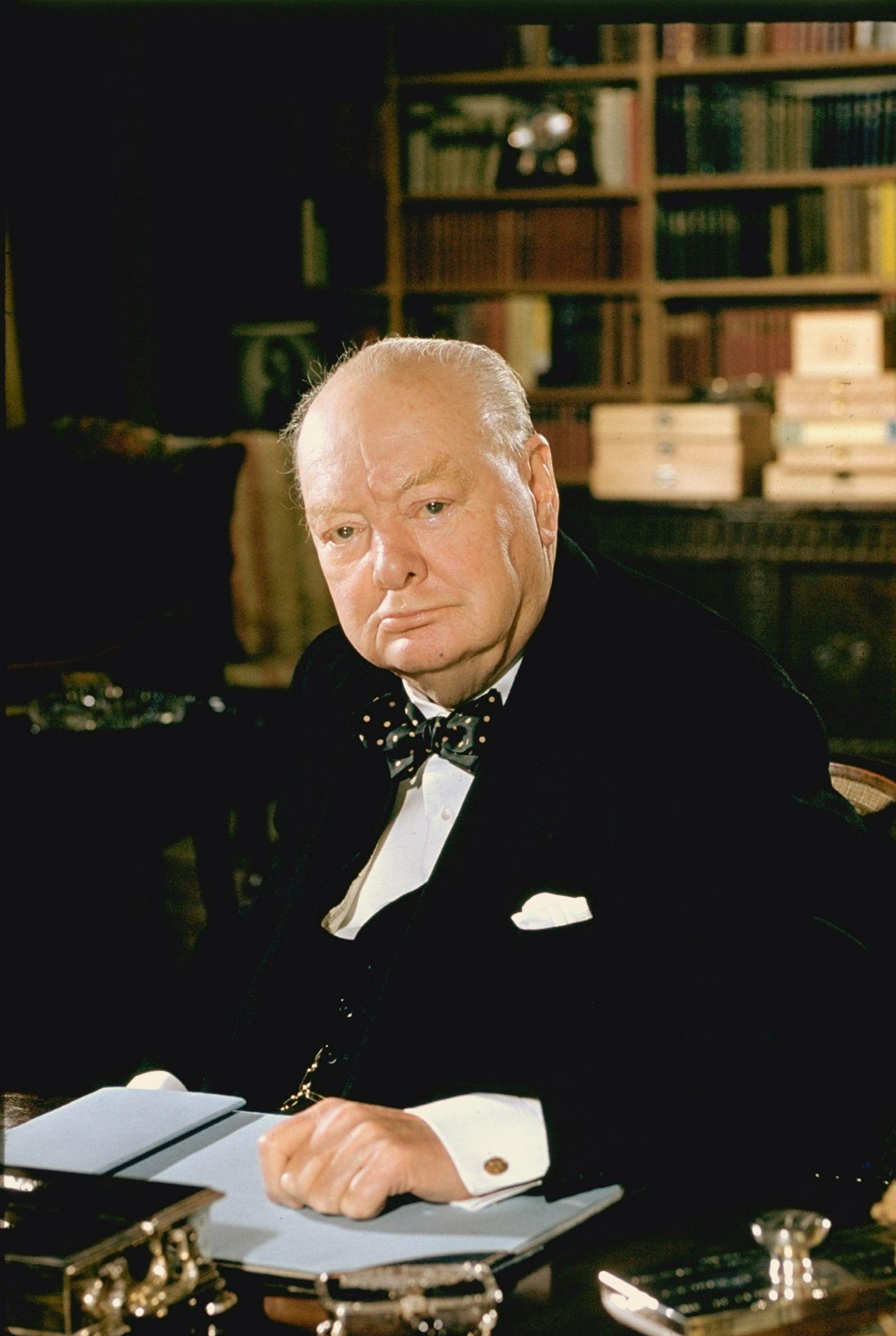Der große englische Staatsmann Sir Winston Churchill1956 an seinem Schreibtisch.Im Jahr zuvor war er nach einem Schlaganfall vom Amt des Premierministers zurückgetreten. In der britischen Politiker mischte er aber noch weiter mit: Bis 1964 saß er als Abgeordneter im Unterhaus.