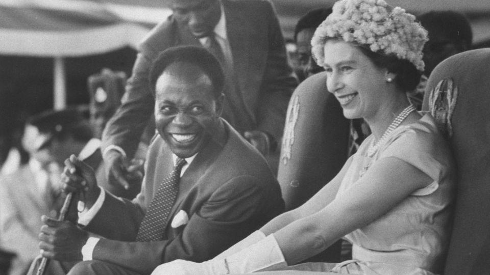 1961 fuhr die britische Königin Elisabeth II. auf einen umstrittenen Staatsbesuch nach Ghana. Erst vier Jahre zuvor war das Land von Großbritannien unabhängig gewordenund PräsidentKwame Nkrumah rückte das Land näher an die Sowjetunion heran. Die Reise der Queen galt als gefährlich. Doch die junge Monarchin verstand sich gut mit Nkrumah - Höhepunkt der Reise war ein gemeinsamer Tanz, der das Eis endgültig brach. Letztlich erreichte Elisabeth ihr Ziel. Ghana blieb im Commonwealth - und verhinderte so, dass dieser Staatenbund auseinanderbrach.