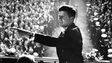 Er gewann denkbar knapp gegen Richard Nixon, und doch verbanden sich mit seiner Wahl große Hoffnungen: John F. Kennedy verkörperte für viele Aufbruch und jugendlichen Optimismus. Zu seiner Amtseinführung am 20. Januar 1961 kamen zahlreiche berühmte Künstler, darunter die SchriftstellerJohn Steinbeck,Ernest Hemingway und Brendan Behan sowie Maler Mark Rothko. Seine Amtszeit dauerte jedoch kaum mehr als 1000 Tage - er wurde am 22. November 1963 ermordet.