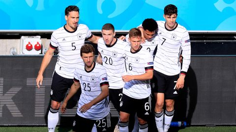 Deutschland  Aussichten: unvorhersehbar  Das DFB-Team ist eine Wundertüte. Dem begeisternden Spiel gegen Portugal folgte die schwerfällige und teils desolate Vorstellung gegen Ungarn. Die Mannschaft hat unendlich viel Potenzial, aber Trainer Joachim Löw fehlt manchmal das Händchen, die Taktik und Auswahl der Spieler zu einem funktionierenden Mix zusammenzurühren und das Team zu motivieren. Zudem schleppt sie alte Schwächen durch das Turnier wie das unkonzentrierte Abwehrverhalten, das phasenweise Slapstick-Charakter annimmt (siehe Ungarn). Deswegen sind Vorhersagen kaum möglich.
