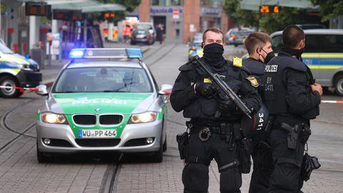 Polizisten stehen in der Innenstadt