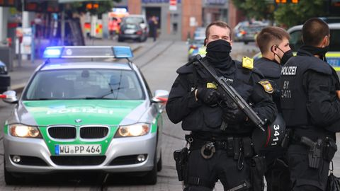 Polizisten riegeln die Würzburger Innenstadt ab. Bei einem Messerangriff wurden dortmehrere Menschen getötet.