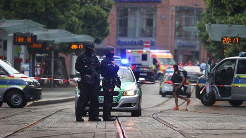Bayern, Würzburg: Polizisten und Rettungskräfte stehen in der Innenstadt.