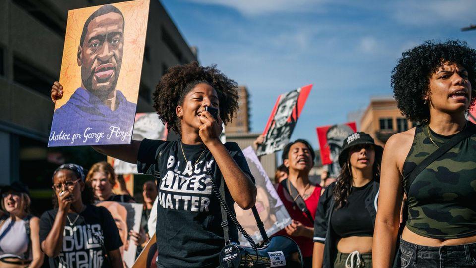 Nach dem Urteil im George-Floyd-Prozess feiern Menschen auf den Straßen von Minnesota