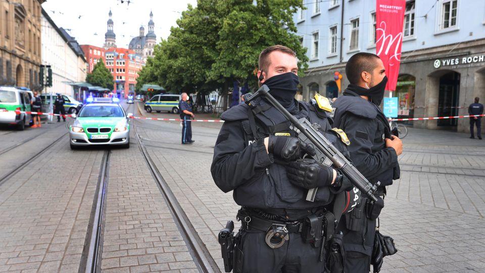 Messerattacke in Würzburg: Zwei bewaffnete Polizisten sichern die Innenstadt