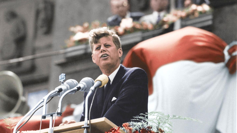 """26. Juni 1963: """"Ich bin ein Berliner""""  Es ist eines der berühmtesten Zitate des ehemaligen US-Präsidenten John F. Kennedy. Am 26. Juni 1963 spricht er bei einem Besuch in West-Berlin vor dem Rathaus Schöneberg. Sein Besuch findet anlässlich des 15. Jahrestags der Berliner Luftbrücke statt und sollte die Verbundenheit der USA zu West-Berlin verdeutlichen.  Tausende Menschen folgen seiner Rede, in der Kennedy den berühmten Satz fallen lässt. Zu Beginn sagt er: """"Two thousand years ago the proudest boast was'Civis romanus sum'.Today, in the world of freedom, the proudest boast is 'Ich bin ein Berliner'."""" (""""Vor zweitausend Jahren war der stolzeste Satz 'Ich bin ein Bürger Roms'. Heute, in der Welt der Freiheit, ist der stolzeste Satz 'Ich bin ein Berliner'.""""). Und zum Abschluss: """"All free men, wherever they may live, are citizens of Berlin, and, therefore, as a free man, I take pride in the words 'Ich bin ein Berliner!'"""" (""""Alle freien Menschen, wo immer sie leben mögen, sind Bürger Berlins, und deshalb bin ich als freier Mensch stolz darauf, sagen zu können 'Ich bin ein Berliner!'"""")."""