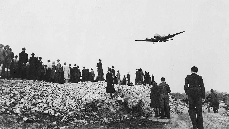 """26. Juni 1948: Die """"Rosinenbomber"""" fliegen los  Nach dem Zweiten Weltkrieg wird Berlin unter den Siegermächten Großbritannien, Frankreich, USA und Sowjetunion aufgeteilt und von ihnen kontrolliert. In der westlichen Besatzungszone wird am 20. Juni 1948 eine Währungsreform durchgeführt. Diese Reform sollte auch auf West-Berlin ausgedehnt werden. Der Sowjetunion missfälltdies aber und blockiert ab dem 24. Juni alle Zufahrtswege nach West-Berlin, was später als Berlin-Blockade in die Geschichtsbücher eingeht. Ziel ist es, ganz West-Berlin in die Kontrolle der Sowjetunion zu bringen.  Der amerikanische Militärgouverneur Lucius D. Clay veranlasst als Reaktion eine Luftbrücke. Knapp ein Jahr lang kommen Lebensmittel und wichtige Güter über den Luftweg nach West-Berlin. Den Namen """"Rosinenbomber"""" bekommen die Flieger, weil sie auch Päckchen mit Rosinen für Kinder abwerfen. Am 12. Mai 1949 gibt die Sowjetunion ihre Blockade schließlich auf und am 30. September 1949 wurde die Luftbrücke eingestellt."""