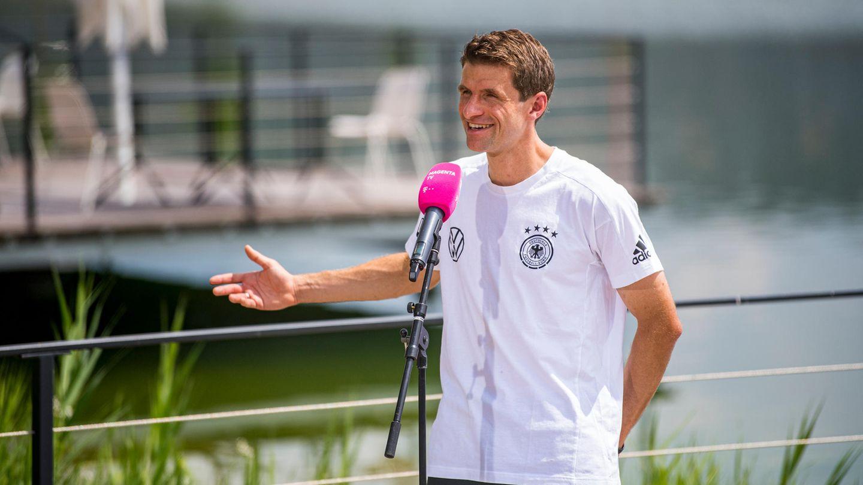 Thomas Müller gibt in Herzogenaurach ein Interview