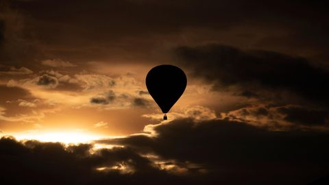 Ein Heißluftballon ähnlich dem vom Unglück in den USA fliegt durch den Himmel