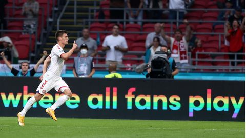 EM 2021: Der dänische Spieler Joakim Maehle feiert ein Tor gegen Wales