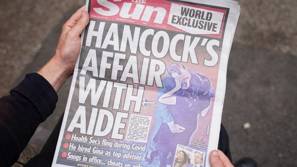 """Die Titelseite der englischen """"Sun"""" zeigt den britischen Gesundheitsminister Matt Hancock beim Kuss"""