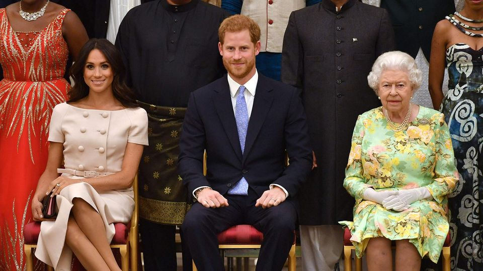 Prinz Harry und Ehefrau Meghan posieren mit der Queen