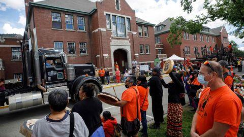Demonstranten vor der früheren Residential School in Kamploops