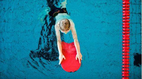 Ein Junge nimmt an einem Schwimmkurs für Kinder der teil