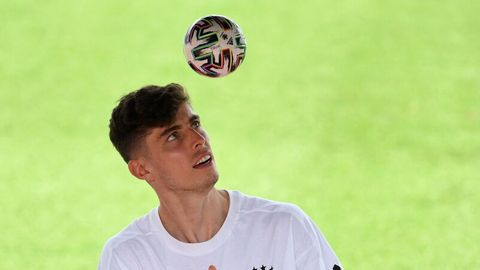 Kai Havertz jongliert einen kleinen Fußball bei einer Autogrammstunde