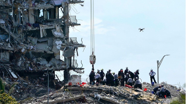 Such- und Rettungskräfte suchen nach Überlebenden in den Trümmern