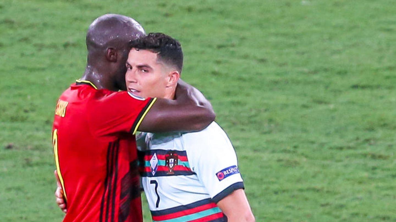 Belgiens Romelu Lukaku umarmt auf dem Platz Portugals Cristiano Ronaldo