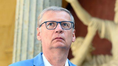Günter Jauch schaut verwundert nach oben