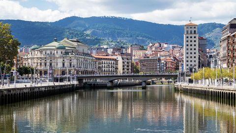 Der Nervión Fluss fließt durch Bilbao