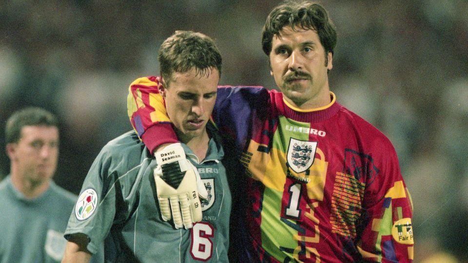 Englands Torhüter David Seaman tröstet den untröstlichen Gareth Southgate