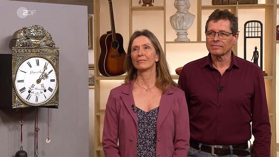 Andrea und Achim Eller stehen im Studio von Bares für Rares in Pulheim und schauen in die Kamera
