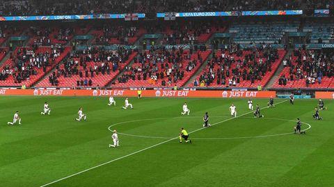 Engländer, Schotten und der spanische Schiedsrichter Lahoz: Sie alle knien gemeinsam vor dem Gruppenspielim Wembely-Stadion
