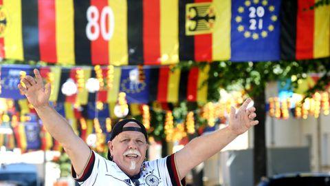 Essen:Fußball-Verrückter deckt ganzen Straßenzug Schwarz-Rot-Gelb ein.