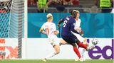 Paul Pogba zirkelt den Ball mit rechts Richtung Tor