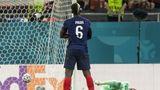Paul Pogba steht nach dem Tor mit verschränkten Armen auf dem Rasen