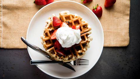 Gelingsicheres Rezept für's Waffeleisen mit frischen Erdbeeren und Schlagsahne.