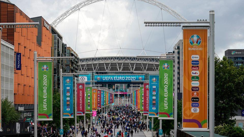 Zuschauer strömen ins Wembley-Stadion in London