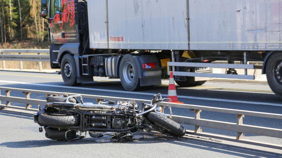 Motorrad liegt auf der Autobahn