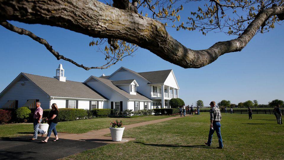 """Besucher besichtigen das Haus der Familie Ewing der Fernsehserie """"Dallas"""" beim 40-jährigen Wiedersehen auf der Southfork Ranch"""