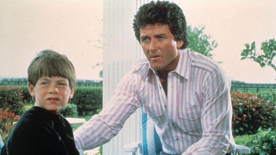 Bobby Ewing (Patrick Duffy,hier mit AdoptivsohnChristopher Ewing, gespielt von Joshua Harris) starb zunächst in der Serie, spielte aber später wieder mit