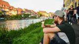 Für einen längeren Urlaub ist Bamberg eigentlich zu klein, anders sieht es schon aus, wenn man die romantische Hauptstadt des Bieres als Basislager für Radtouren nutzt. Die Umgebung ist wie für das Radwandern gemacht. Wunderbare abwechslungsreiche Natur, Schlösser, Burgen und viele Möglichkeiten zur Einkehr. Die perfekte Mischung aus Natur und Kultur. Fans der Region haben 20 unterschiedliche Tagestouren zusammengestellt, die kürzeste ist mit 24 Kilometern nur eine Runde um den Block, die längste führt 127 Kilometer von Bamberg nach Schweinfurt und zurück.