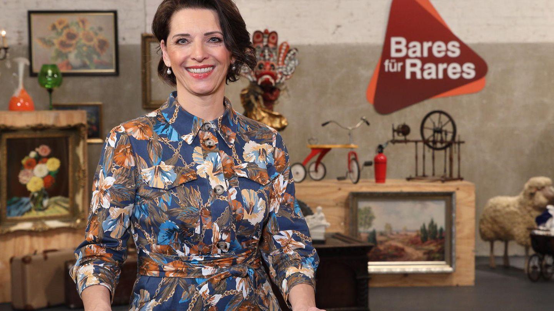 Wendela Horz steht im Studio von Bares für Rares am Expertentisch