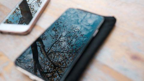 Zwei Mittelklasse Smartphones liegen nebeneinander.