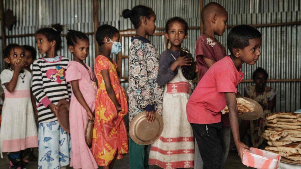 Äthiopien: Kinder stehen in einer Schlange und warten auf eine Mahlzeit