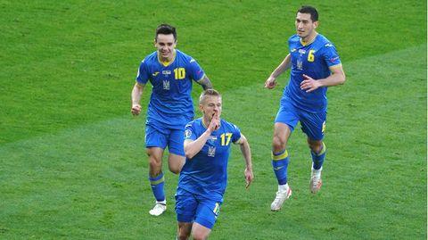Die Ukraine bejubelt den 1:0-Führungstreffer von Oleksandr Sintschenko  (M.) – und am Ende den Einzug ins EM-Viertelfinale